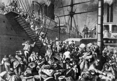 Auswanderer gehen in Hamburg an Bord