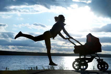 Mutter springt mit Kinderwagen © yanlev - Fotolia.com