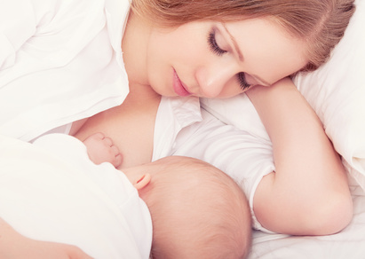Mutter stillt ihr Baby © evgenyatamanenko - Fotolia.com