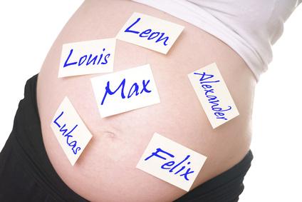schwangere Frau mit Jungsnamen auf dem Bauch © PhotographyByMK - Fotolia.com