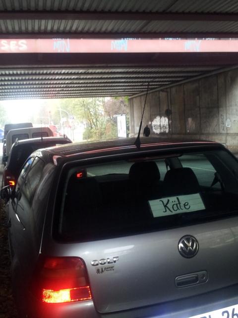 Käte an einem VW Golf (Foto: Annemarie Lüning)