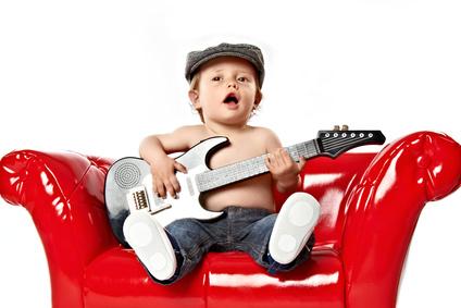 Kleiner Junge singt und spielt Gitarre © Anja Greiner Adam – fotolia.com