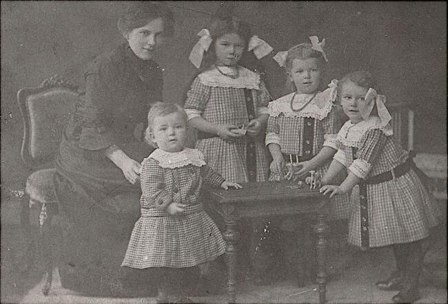 Marie Luise mit Carl, Annemarie, Liselotte und Marie Luise